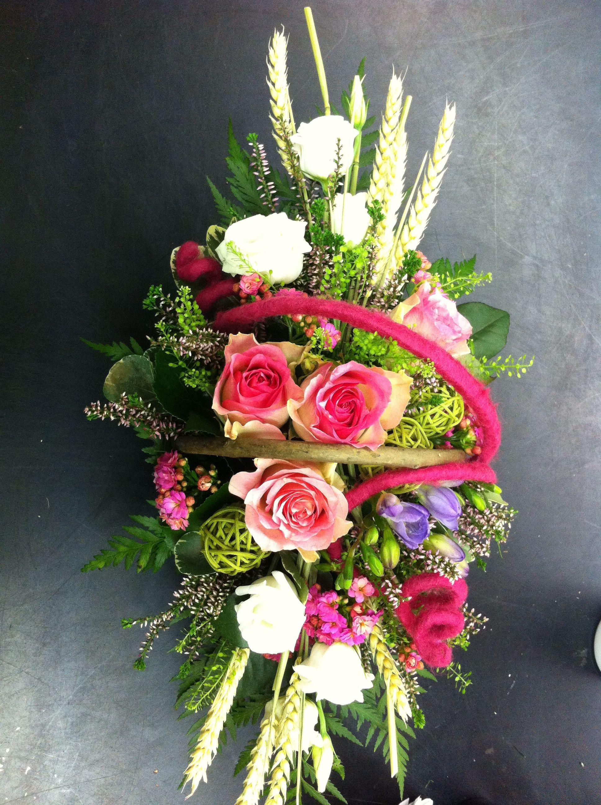cesto di fiori freschi primaverile rose fresie lisianthus erica e spighe