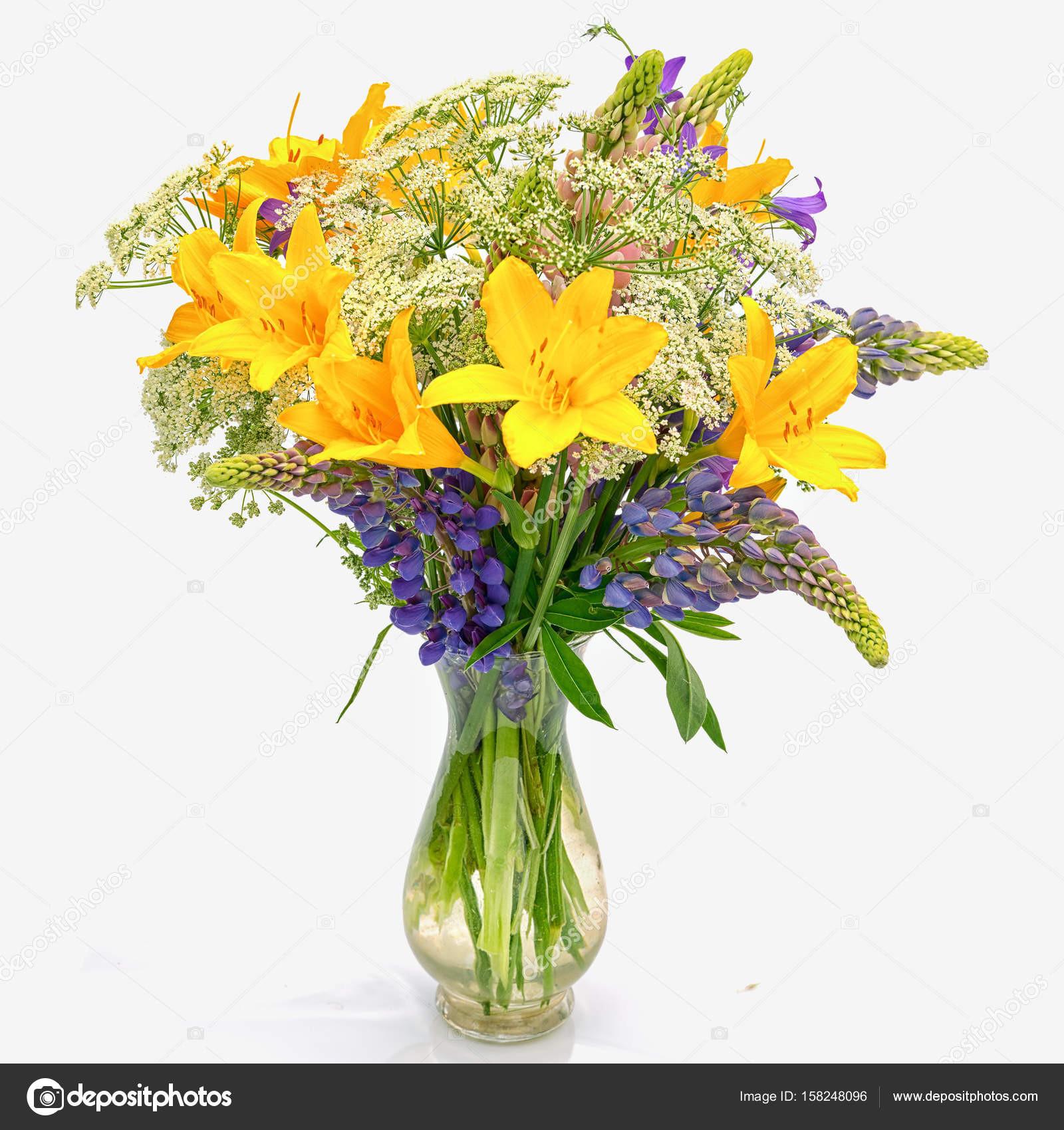 Blumenstrauß Od Wildblumen Achillea Millefolium Taglilie und Lupine in eine transparente Glasvase isoliert auf weißem Hintergrund — Foto von Elf 11