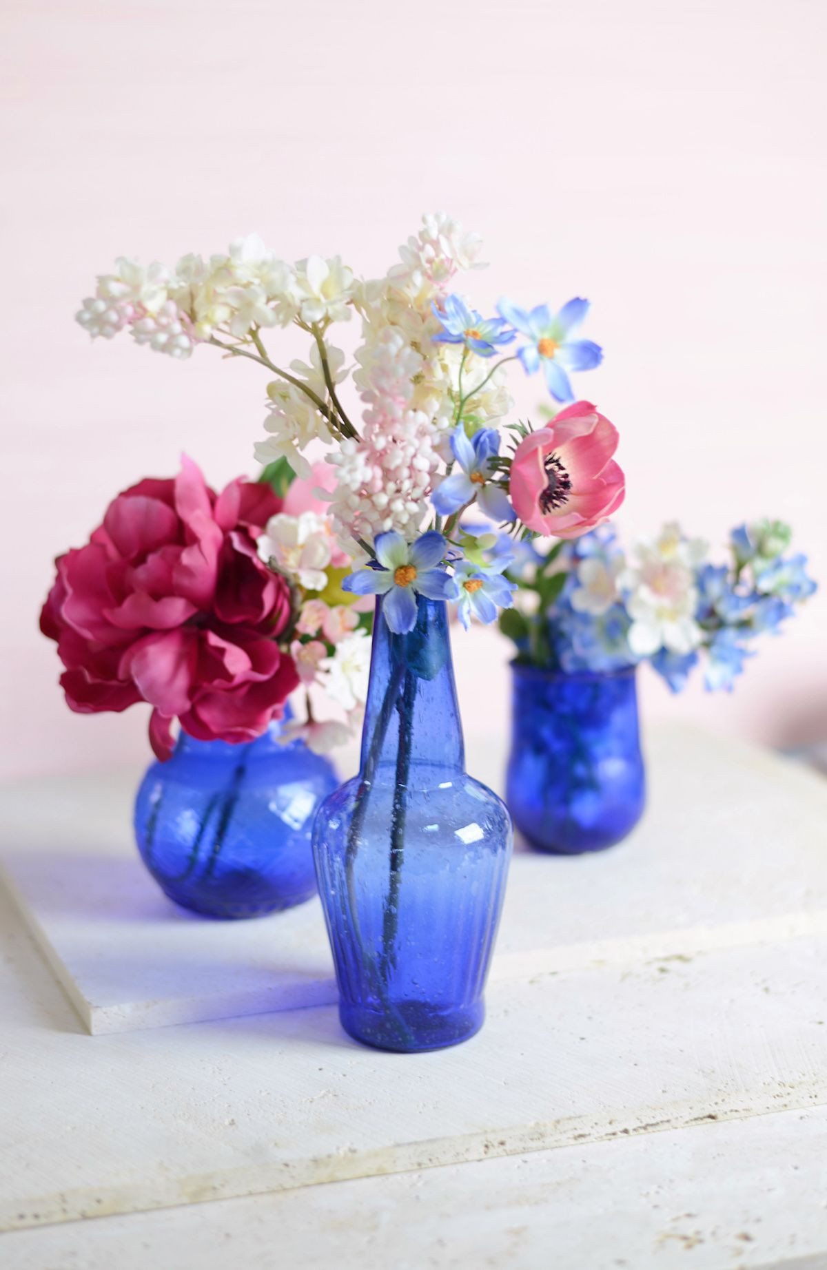 Make your table really pop with these vibrant blue vases Cobalt blue is a great accent color for a spring wedding or a summer wedding