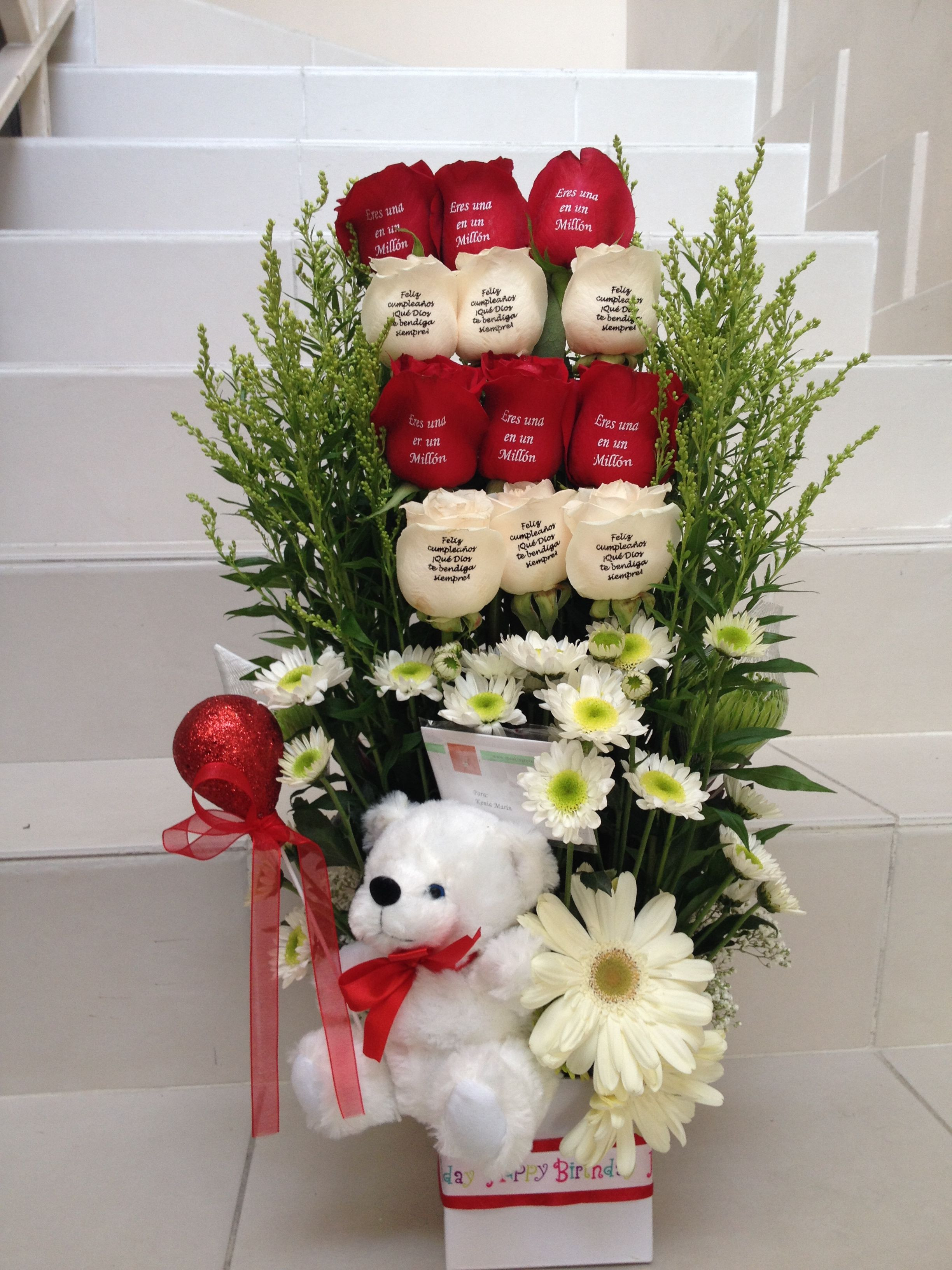 Flower arrangement with white and red embossed roses Arreglo floral con rosas blancas y rojas