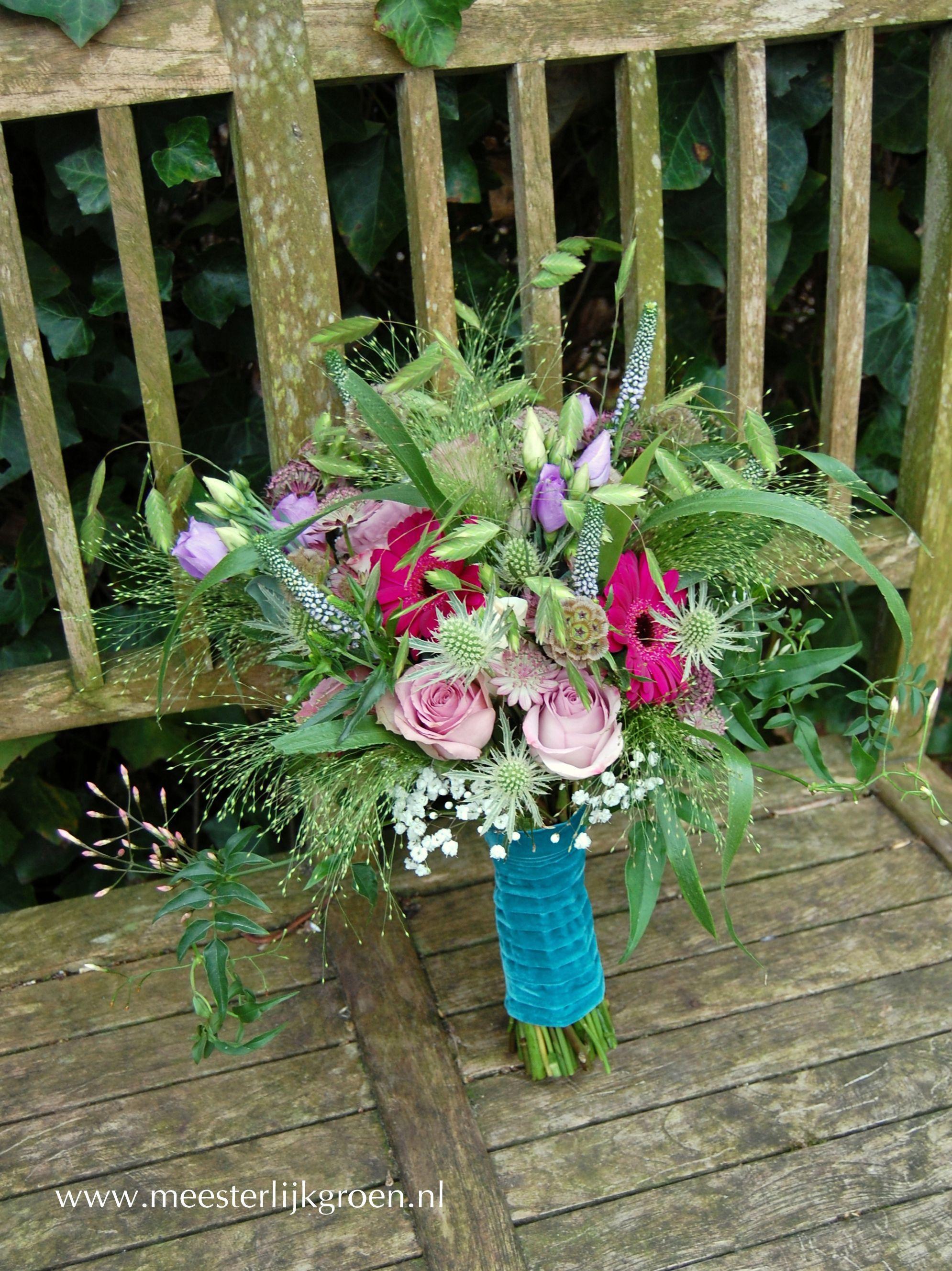 Hand gebonden bruidsboeket in bohemian vintage stijl Diverse rozen in oudroze en lila