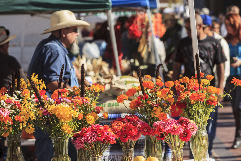 shoppers at santa fe saturday market next to rail yard enjoy bounty of fall harvest santa fe new mexico usa 5a dec2f adb9cf