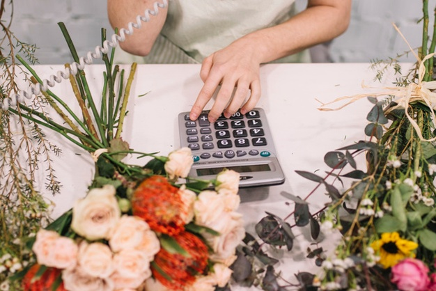 Employee-floristry-taking-order www.freepik.com