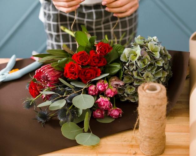 Florist-using-thread-bouquet www.freepik.com