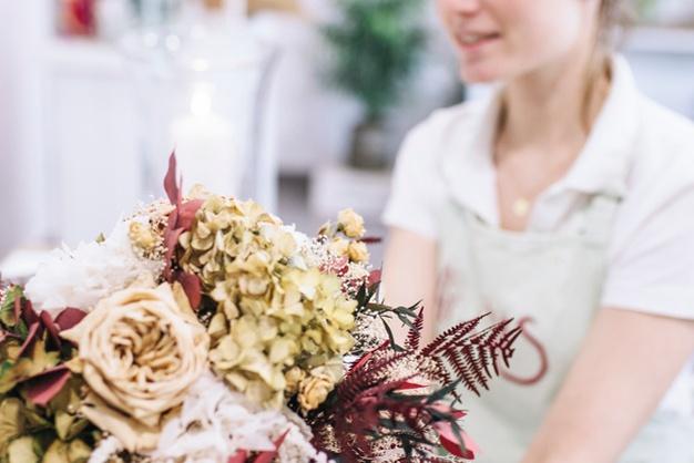 Florist-with-elegant-bouquet www.freepik.com