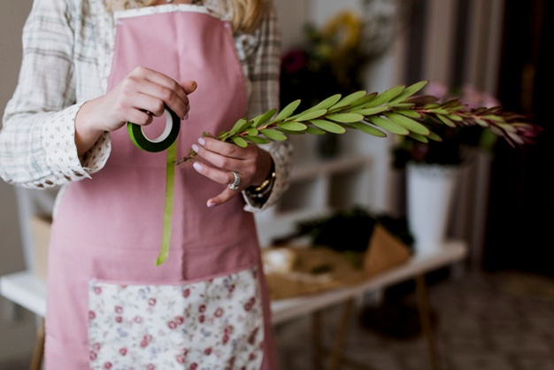 Florist-with-ribbon-green-plant www.freepik.com