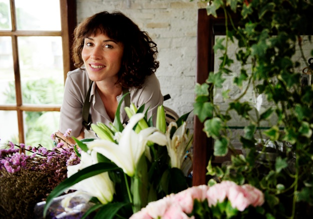 caucasian-florist-woman-inside-flower-shop_freepik.com
