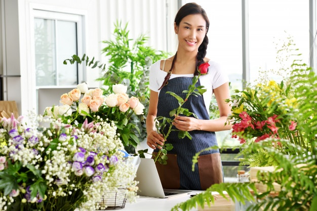 entrepreneur-shop-owner-florist-small-flower-shop-business_freepik.com