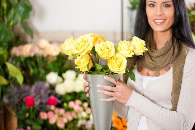 female-florist-flower-shop_freepik.com