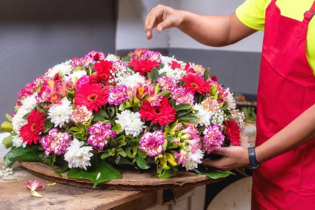 florist-creating-beautiful-bouquet-flower-shop_freepik.com