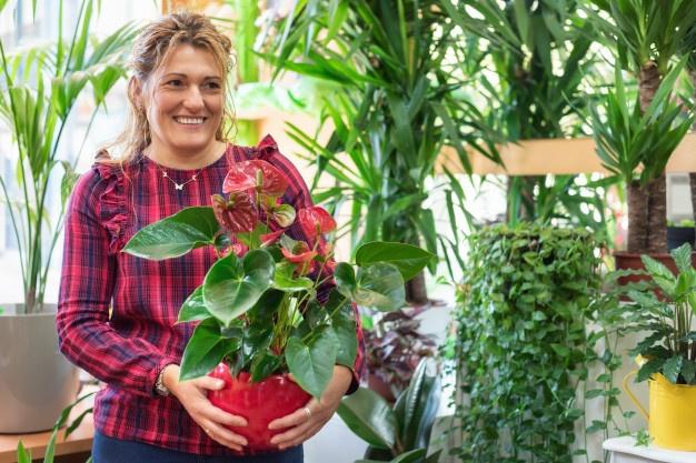 young-beautiful-florist-posing-smiling-among-plants_freepik.com